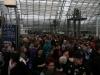 Die Massen warten auf Einlass 2